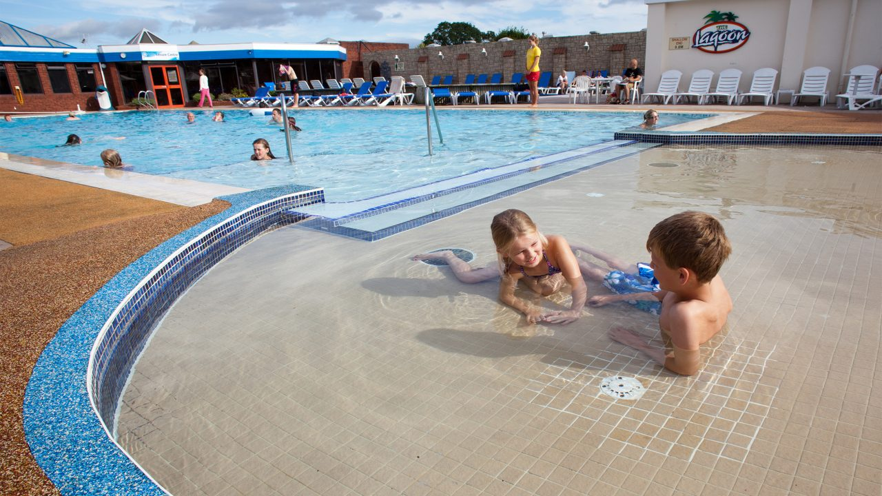 outdoor-paddling-pool-beverley-holidays-devon