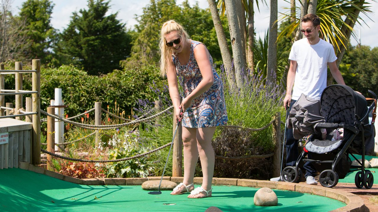playing-crazy-golf-beverley-holidays-devon